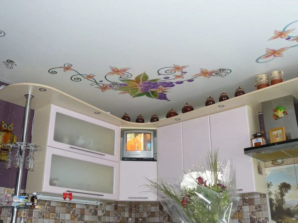 Натяжные потолки на кухню 8
